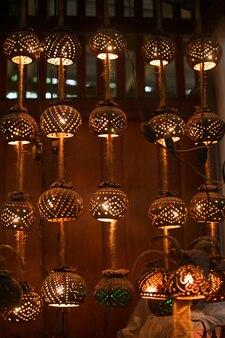 Guirlande et lampe thaïlandaises en coquille de noix de coco