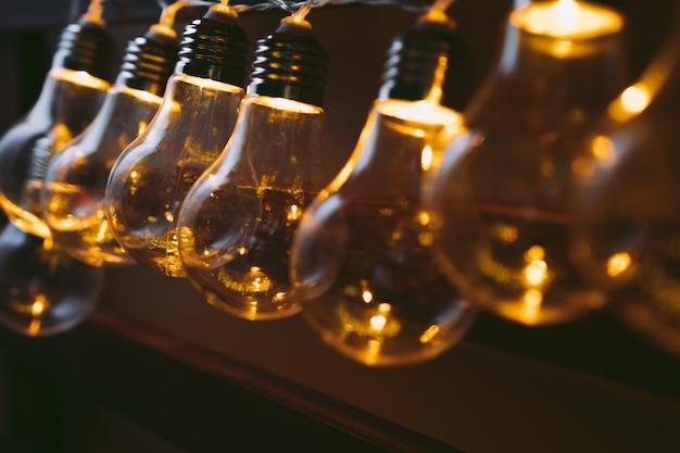 Guirlande de lampes à ampoule dans le noir