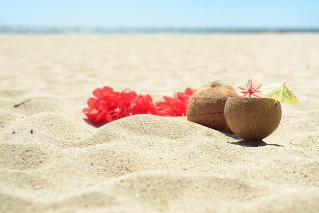 Guirlande de lei hawaïen rouge sur la plage