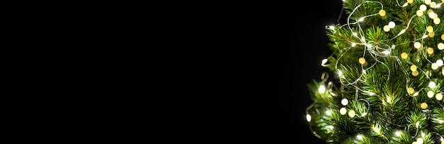 Guirlande lumineuse de décoration d'arbre de noël sur le fond noir