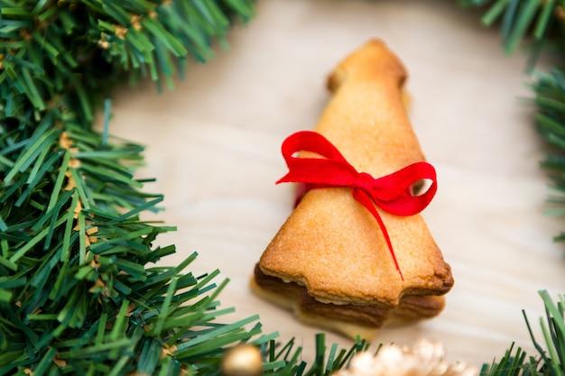Guirlande de noël avec les cookies sur fond de bois