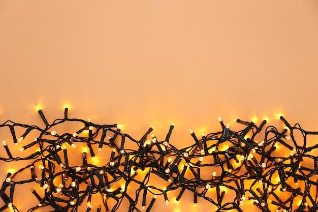 Guirlande de noël festive sur orange