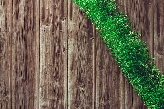 Guirlande de noël vert sur fond en bois. espace de copie. mise au point sélective.