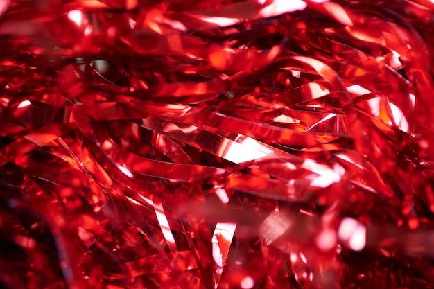 Guirlande rouge de fête, fond de vacances. remplissage décoratif de boîte-cadeau.