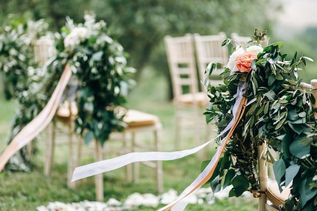 Des guirlandes florales d'eucalyptus vert et de fleurs roses nous décorent