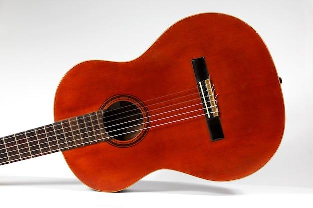 Une guitare acoustique classique se bouchent
