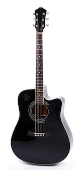 Guitare acoustique isolée sur surface blanche
