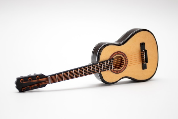 Guitare acoustique petit modèle jouet sur fond blanc