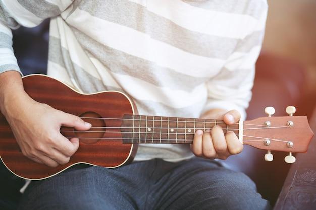 Guitare acoustique se bouchent avec un bel éclairage avec concept vintage