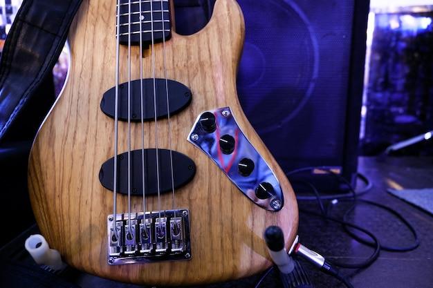 La guitare basse électrique est sur la scène. fermer.