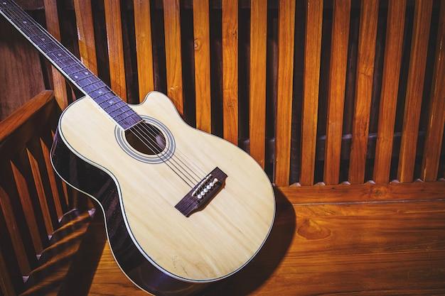 Guitare classique sur fond en bois ancien