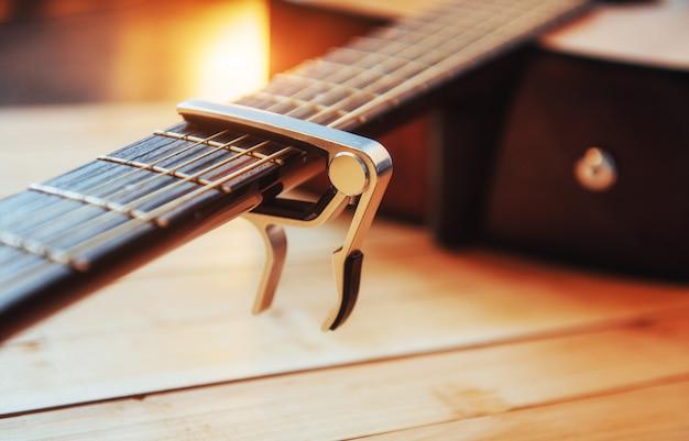 Guitare classique sur fond marron clair