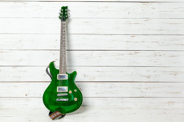 Guitare électrique sur fond en bois ancien