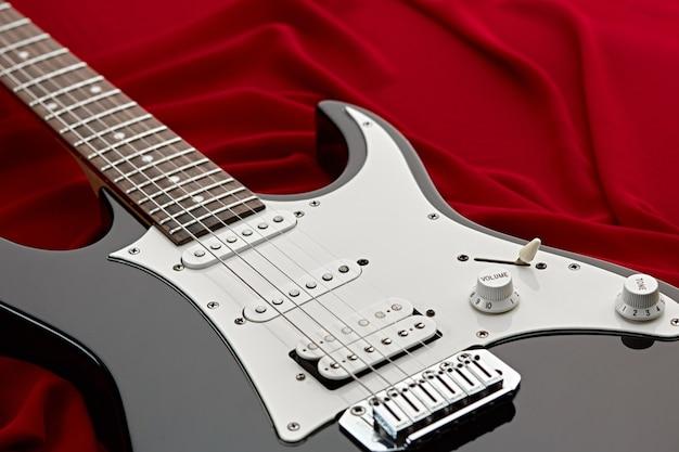 Guitare électrique moderne, fond rouge, personne
