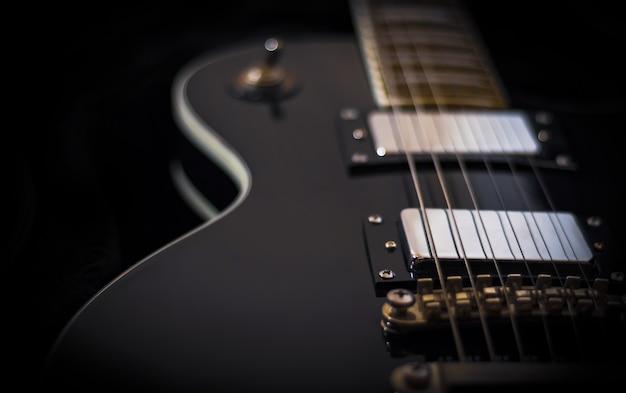 Guitare électrique noire sur sombre