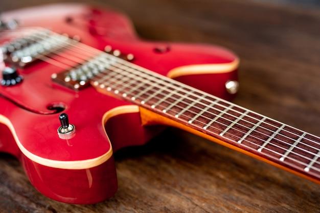 Guitare électrique rouge sur plancher en bois
