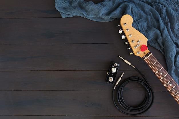Guitare électrique sur une surface sombre