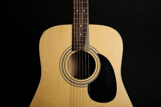 Guitare sur fond noir