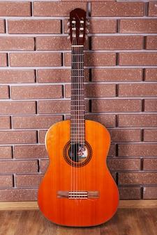 Guitare sur mur de briques
