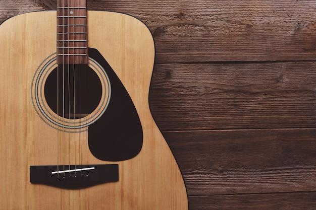 Guitare reposant sur le vieux fond en bois, close up guitare acoustique - vue de dessus