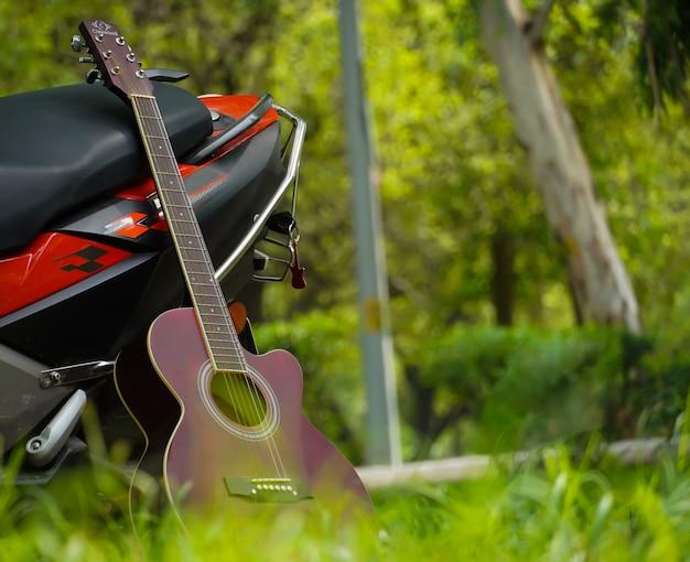 Guitare rouge et vélo dans le parc belle image