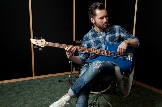 Guitariste sur chaise
