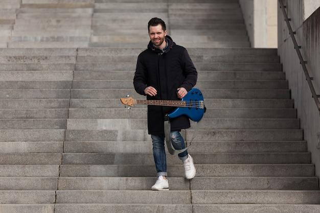 Guitariste descendant en bas
