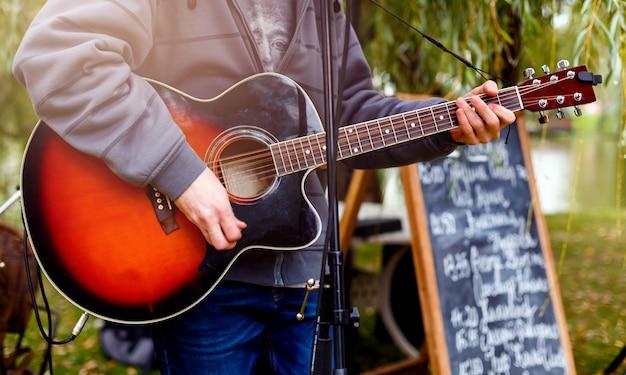 Guitariste joue