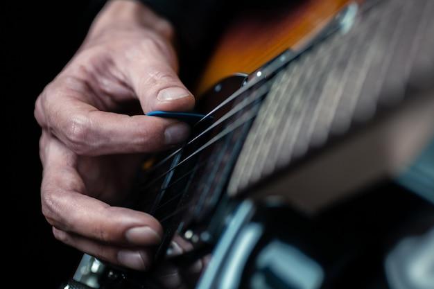 Guitariste mains et cordes de guitare se bouchent