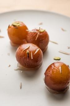 Gulab jamun est un aliment indien sucré composé de lait et de sucre, un plat populaire en festival ou en occasion spéciale. mise au point sélective