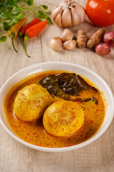 Gulai telur ou œufs servis avec sauce au curry gulai telur est une cuisine traditionnelle d'indonésie de padang west sumatera