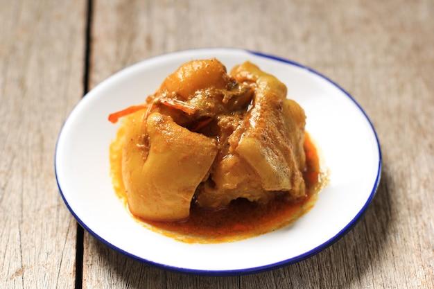 Gulai tunjang, tendon de bœuf mijoté dans une sauce à la noix de coco, nourriture de l'ouest de sumatera (nasi padang)
