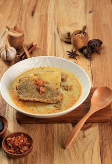 Gule kambing ou kari kambing jawa timur ou curry d'agneau de java oriental, délicieux menu pour l'aïd al adha. habituellement servi avec sate kambing (brochettes de mouton)