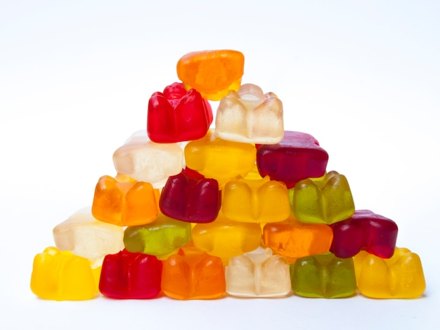 Gummy porte des bonbons en forme de pyramide.