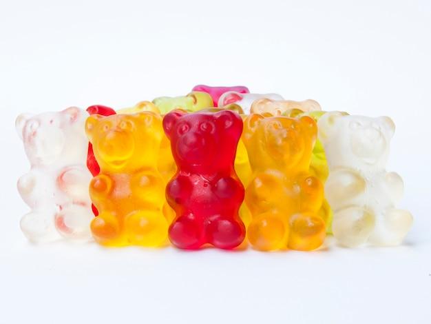 Gummy porte des bonbons en rangée.