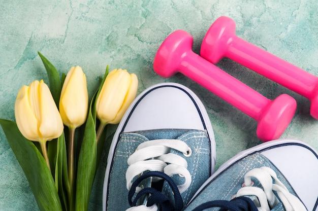 Gumshoes avec des tulipes et des haltères roses