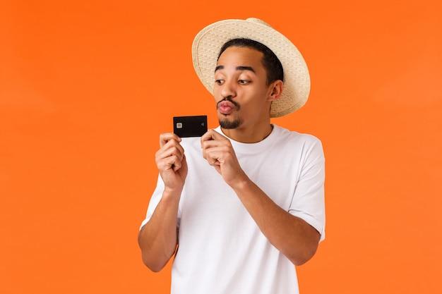 Guy aime gaspiller de l'argent, embrasser une carte de crédit