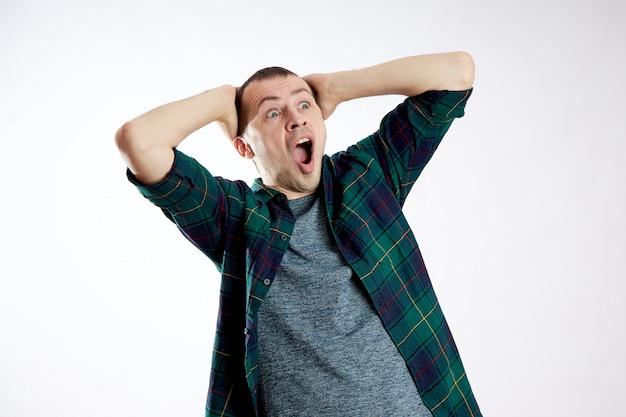 Guy a l'air surpris, confus. émotions inattendues, perplexité et homme de choc