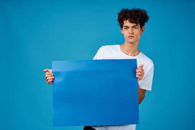 Guy en bannière publicitaire affiche bleu tshirt blanc
