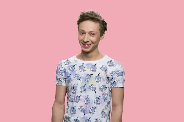 Guy caucasien gai positif. heureux adolescent souriant isolé sur fond rose.