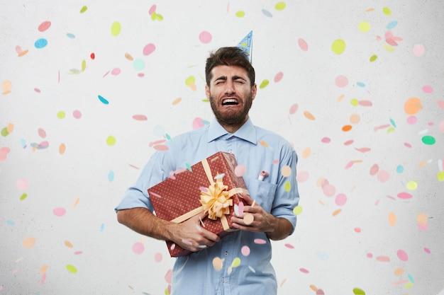Guy avec chapeau de fête et confettis