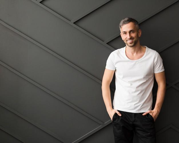 Guy en chemise blanche sourit et copie espace
