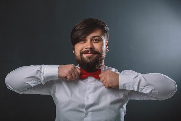 Guy dans une chemise blanche avec noeud de cravate rouge