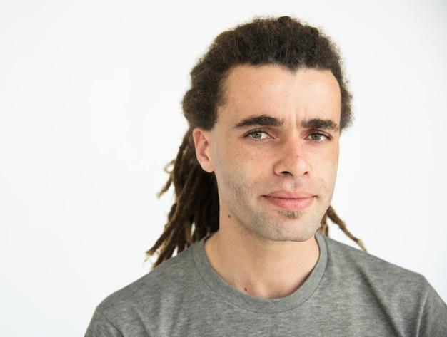 Guy avec dreadlocks curieux portrait de visage