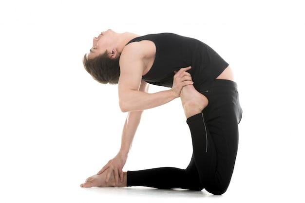 Guy flexion son dos dans une posture de yoga