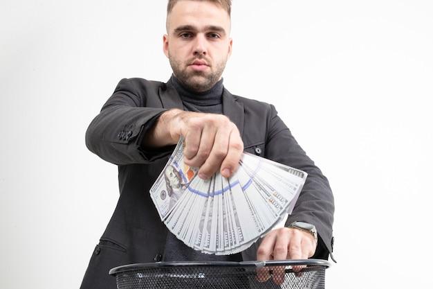 Guy jette de l'argent à la poubelle