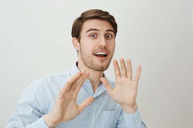 Guy lève les mains sur la défensive alors que quelqu'un l'attaque