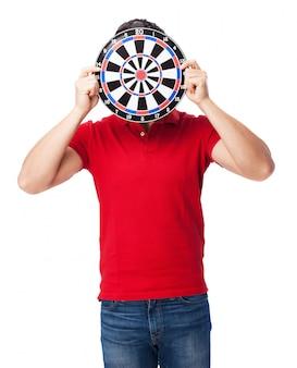 Guy ludique avec un jeu de fléchettes sur son visage