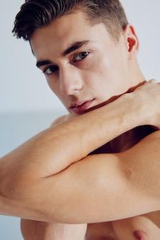 Guy musclé jeunesse beauté brune sexy nue. photo de haute qualité