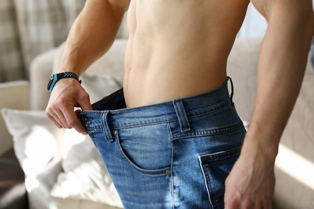 Guy en pantalon oversize